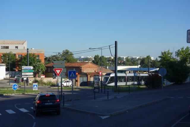 urban quartier Blagnac : Tram direction Aéroport et Blagnac - Siège Airbus Group au fond
