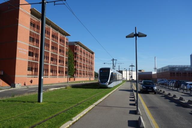 urban quartier Purpan : Le CHU Institut de Biologie, le Tram au coeur des bâtiments