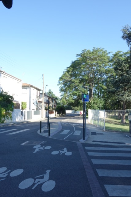 urban transport : la piste cyclable qui relie Toulouse à Blagnac le long de la Garonne