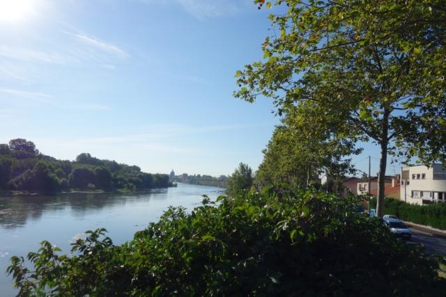 urban quartier Ancely : La digue, les berges de la Garonne pour son footing