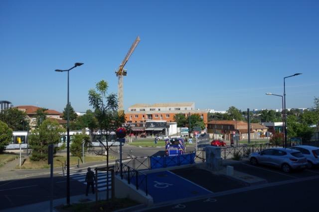 urban quartier Ancely : Le devant, avec ses commerces de proximité, le siège Airbus Group et ATR au fond à droite